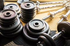 Stellen Sie von der Ausrüstung für Gewichtheben in der Turnhalle ein lizenzfreies stockbild