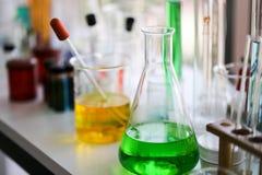 Stellen Sie von der chemischen Rohrentwicklung und -apotheke im Labor-, Biochemie- und Forschungstechnologiekonzept ein lizenzfreie stockfotos