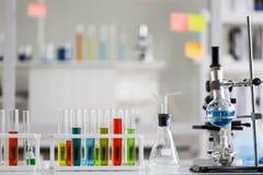 Stellen Sie von der chemischen Rohrentwicklung und -apotheke im Labor-, Biochemie- und Forschungstechnologiekonzept ein lizenzfreie stockbilder