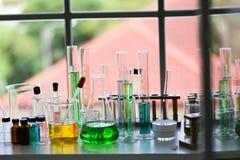 Stellen Sie von der chemischen Rohrentwicklung und -apotheke im Labor-, Biochemie- und Forschungstechnologiekonzept ein stockfotografie