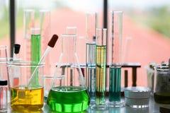 Stellen Sie von der chemischen Rohrentwicklung und -apotheke im Labor-, Biochemie- und Forschungstechnologiekonzept ein stockbild