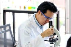 Stellen Sie von der chemischen Rohrentwicklung und -apotheke im Labor-, Biochemie- und Forschungstechnologiekonzept ein lizenzfreie stockfotografie