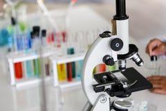 Stellen Sie von der chemischen Rohrentwicklung und -apotheke im Labor-, Biochemie- und Forschungstechnologiekonzept ein lizenzfreies stockfoto