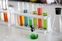 Stellen Sie von der chemischen Rohrentwicklung und -apotheke im Labor-, Biochemie- und Forschungstechnologiekonzept ein stockfoto