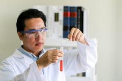 Stellen Sie von der chemischen Rohrentwicklung und -apotheke im Labor-, Biochemie- und Forschungstechnologiekonzept ein stockfotos
