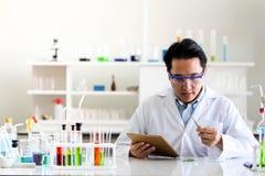 Stellen Sie von der chemischen Rohrentwicklung und -apotheke im Labor-, Biochemie- und Forschungstechnologiekonzept ein lizenzfreies stockbild