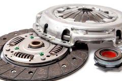 Stellen Sie von der Ersatzautomobilkupplung ein, die auf weißem Hintergrund lokalisiert wird Disketten- und Kupplungskorb mit Aus lizenzfreie stockfotos