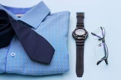 Stellen Sie von der Kleidung und von den Zusätzen für Mann auf blauem Hintergrund ein lizenzfreie stockfotografie