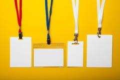 Stellen Sie von der leeren Ikone für Identifizierung der Person auf gelbem Hintergrund ein Modell stock abbildung