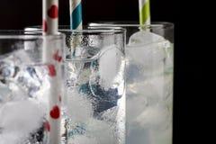 Stellen Sie von drei ein Collins-Glas mit Cocktails ein und färbte Strohe Stockbild