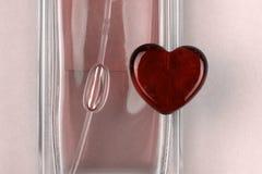 Stellen Sie von parfume Flasche und Herzen als Symbol des Geschenks mit Liebe ein stockfotos