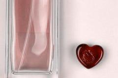 Stellen Sie von parfume Flasche und Herzen als Symbol des Geschenks mit Liebe ein lizenzfreie stockfotos