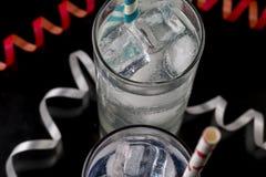 Stellen Sie von zwei ein Collins-Glas mit Cocktails ein und färbte Strohe Lizenzfreies Stockbild
