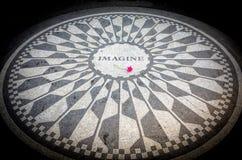 Stellen Sie vor sich, New- Yorkcentral park, John Lennon Memorial herein zu unterzeichnen Stockfotografie