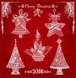 Stellen Sie Weihnachtselemente im Zen-Gekritzelartweiß auf Schmutzrothintergrund ein Stockfoto