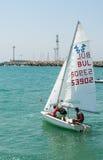Stellen Sie Yacht für Segelwettbewerbe in Pomorie an stockbild