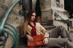 Stellen van manier het Vrouwelijke Modelin fashionable clothes in Straat Royalty-vrije Stock Foto's