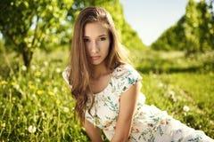 Stellend meisje in de tuin royalty-vrije stock fotografie