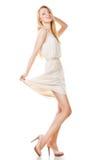Stellende blonde vrouw met lang haar op wit Royalty-vrije Stock Afbeeldingen
