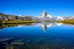 Stellisee - h?rlig sj? med reflexion av Matterhorn - Zermatt, Schweiz arkivbild