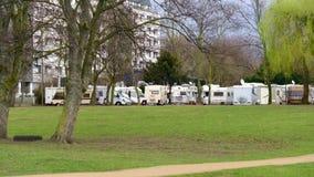Stellplatz eller p för husvagnar nära Rhinet River lager videofilmer