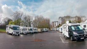 Stellplatz eller p för husvagnar nära Rhinet River arkivfilmer