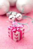 Stellt rosa Kastengeschenk der frohen Weihnachten und des guten Rutsch ins Neue Jahr ein jpg Stockbilder