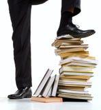 Stellung auf Buchstapel Lizenzfreie Stockbilder
