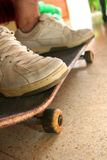 Stellung auf dem Skateboard Stockfotografie