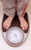 Stellung auf Gewichtskala Lizenzfreies Stockfoto