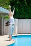 Stellung der Frau nahe dem Swimmingpool Stockfotos