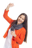 Stellung der jungen Frau getrennt gegen weißes BAC stockbild