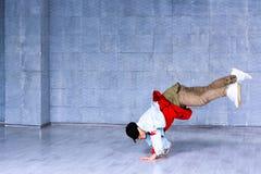 Stellung des jungen Mannes auf Händen im Tanz stockfotos