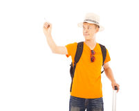 Stellung des jungen Mannes der Nahaufnahme und heben eine Hand zum abgehobenen Betrag an lizenzfreies stockfoto