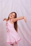 Stellung eines kleinen Mädchens. Lizenzfreie Stockfotos
