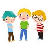 Stellung mit drei glückliche Kindern Lizenzfreie Stockfotos