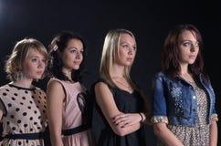 Stellung mit vier attraktive Frauen lizenzfreies stockfoto