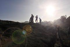 Stellung am Rand eines vulcan Stockfotografie