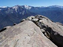 Stellung am Rand von Moro Rock schneebedeckte Berge und Täler übersehend - Mammutbaum-Nationalpark stockfoto
