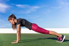 Stelt de planking de yogaplank van de geschiktheidsvrouw oefening royalty-vrije stock fotografie