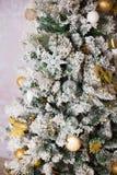 Stelt de prachtig verfraaide Kerstboom met onder het voor Royalty-vrije Stock Fotografie