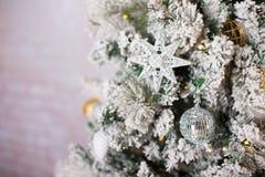 Stelt de prachtig verfraaide Kerstboom met onder het voor Royalty-vrije Stock Foto's