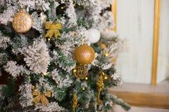 Stelt de prachtig verfraaide Kerstboom met onder het voor Stock Afbeelding