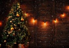 Stelt de prachtig verfraaide Kerstboom met velen voor royalty-vrije stock foto's