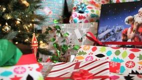 Stelt door Kerstboom voor stock video