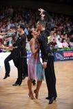 Stelt het dans Latijnse paar in een dans Stock Foto's