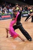 Stelt het dans Latijnse paar in een dans Royalty-vrije Stock Foto