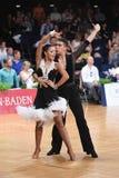 Stelt het dans Latijnse paar in een dans Royalty-vrije Stock Afbeeldingen