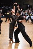 Stelt het dans Latijnse paar in een dans Stock Afbeelding