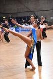 Stelt het dans Latijnse paar in een dans Stock Fotografie